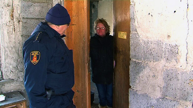 Strażnicy docierają do bezdomnych, którzy spędzają zimę na przykład w pustostanach - fot. TVN24