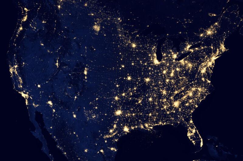 Nocny widok na USA (NASA Earth Observatory/NOAA NGDC)