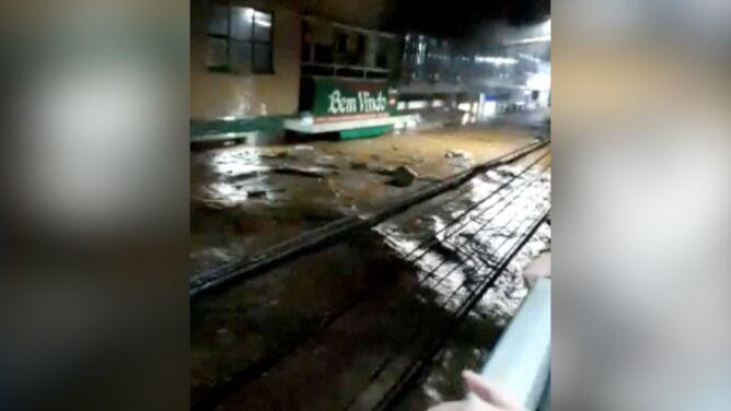 Woda sięgała pierwszego piętra. <br />Sześć ofiar ulew w Brazylii